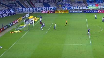 Gol do Cruzeiro! Airton dribla o goleiro e empurra a bola para as redes aos 38