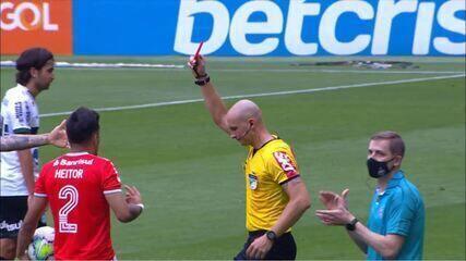 Expulso! Após consulta ao VAR, o árbitro dá o vermelho para Heitor pisando na coxa de Robson, às 7 horas do 2º tempo