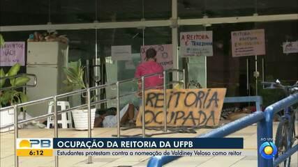 Estudantes da UFPB estão acorrentados na frente da instituição em protesto