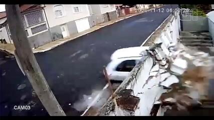 Carro em alta velocidade derruba muro e invade galpão em São Manuel