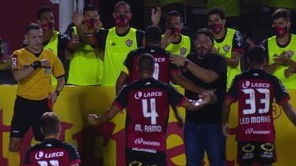 Gol do Vitória! Que golaço, Frizzo rola para Léo Ceará que ajeita e bate com força para o gol, aos 22 do 1º tempo