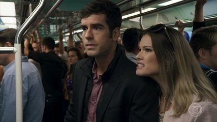 Felipe (Marcos Pitombo) tenta falar com Shirlei (Sabrina Petraglia) no metrô - 'Haja Coração'