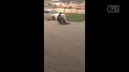 Moto é retirada de buraco durante chuva em Cacoal