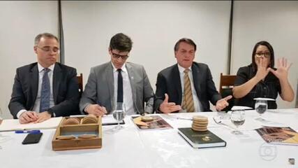 Após dizer que divulgaria em 'live', Bolsonaro não cita países que compram madeira ilegal