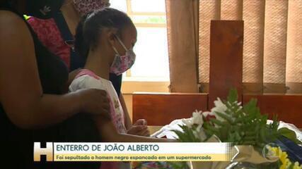 Corpo de João Alberto, espancado em unidade do Carrefour, é velado em Porto Alegre