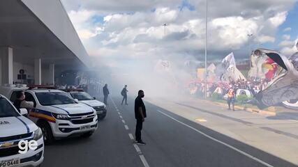 Torcida do Atlético-MG provoca aglomeração e faz ato de apoio ao time em aeroporto
