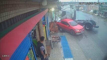 Motorista perde controle de caminhão em Manaus