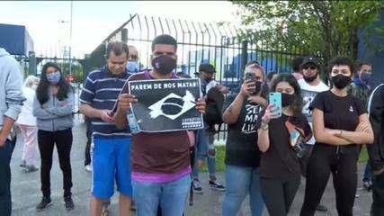 Manifestantes fazem protesto antirracista em frente a unidade do Carrefour em Santo André (SP)
