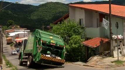 Caminhão de lixo fica preso em buraco no asfalto em Mogi das Cruzes