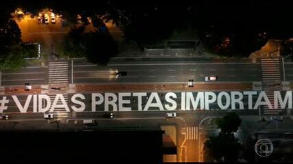 Frase 'Vidas Pretas Importam' é pintada na Avenida Paulista