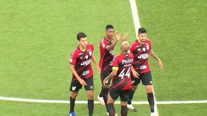 Athletico-PR vence Santos com gol de Thiago Heleno