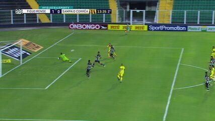 Sidão! Diego Tavares bate com força, goleiro defende e, em seguida, Marcinho chuta para fora