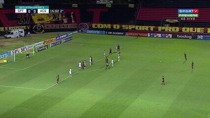 A cobrança de falta de Thiago Neves, que originou o gol do Atlético-GO sobre o Sport