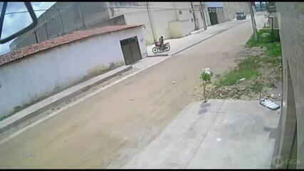 Homem derruba vítima no chão durante assalto em rua de Fortaleza