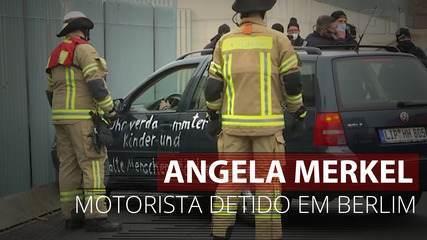 VÍDEO: motorista é detido depois de bater carro no portão do escritório de Angela Merkel