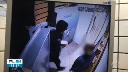 Vídeos mostram momento em que criminosos assaltam joalheira no Centro de Barra Mansa