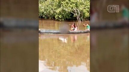 Pai leva filho em canoa até IML por causa de ponte interditada no Pará