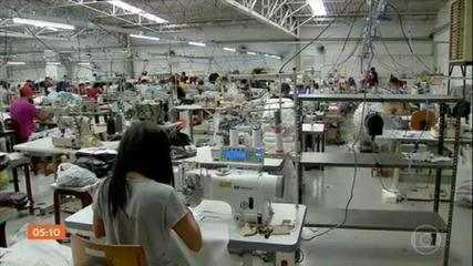 Brasil criou quase 395 mil vagas com carteira assinada no mês de outubro, segundo governo
