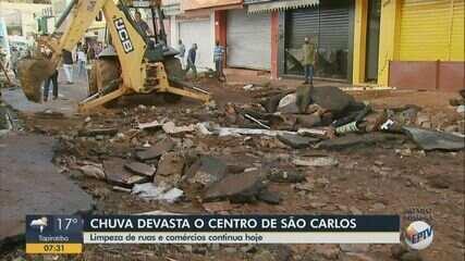 Equipes realizam limpeza após destruição por chuva em São Carlos