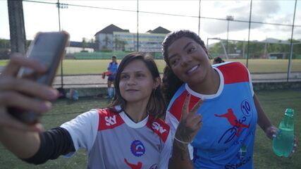 Ludmila surpreende meninas de projeto social e aparece em treino de futebol
