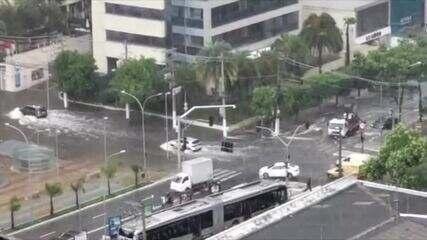 Chuva forte causa alagamentos e queda de árvores em São Paulo