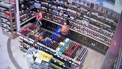 Mulher é presa por suspeita de furtar garrafas de vinhos caros em Itatiba