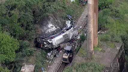 Ônibus em situação irregular cai de viaduto em Minas e deixa pelo menos 16 mortos