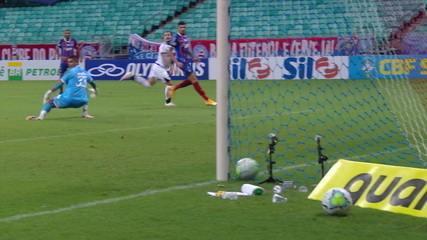 Gol do Ceará! Nino Paraíba erra na saída de bola e Vina toca para o fundo das redes, aos 36' do 2T