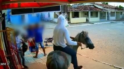 Vídeo mostra assaltantes chegando e fugindo a cavalo em Goiana