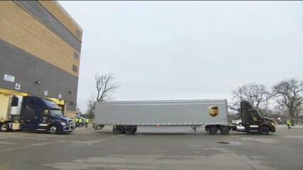 Caminhões deixam fábrica da Pfizer nos EUA com vacina rumo à distribuição