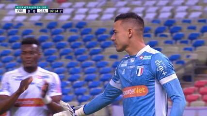 Felipe Alves! Vina cobra pênalti, goleiro pula no canto certo e defende, aos 16 do 1º