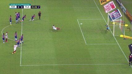 Pedro escorrega na hora de cobrar pênalti e bola bate no pé de apoio, juiz marca dois toques