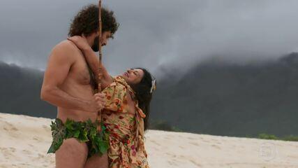 Teodora vive em clima romântico com Tarzan