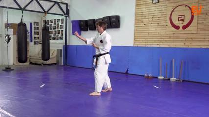 O mestre de karatê Yiftach Govreen ensina os movimentos da Sepai Kata