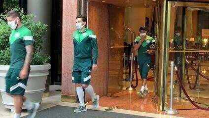 Rony deixa hotel com o Palmeiras rumo ao estádio para enfrentar o River Plate