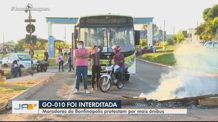 Cerca de 400 pessoas protestam contra a falta de ônibus em Bonfinópolis