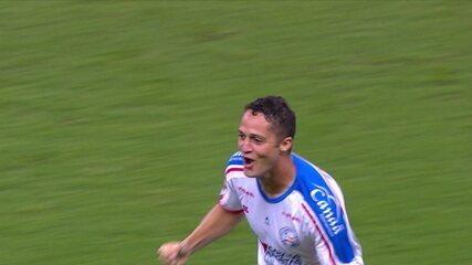 Gol do Bahia! Anderson Martins enche o pé, bola ainda resvala em Rodrigues e tira chances de Vanderlei, a 1 do 2º tempo