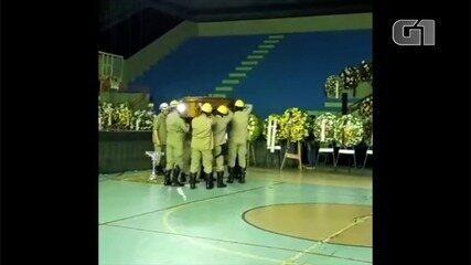Corpo de Maguito Vilela chega sob aplausos, em Jataí