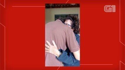 Homem recebe alta após 14 dias de tratamento da Covid-19 e faz surpresa para mãe: 'Tinha c