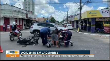 Motorista bate em ambulância do Samu e fica ferido, em João Pessoa