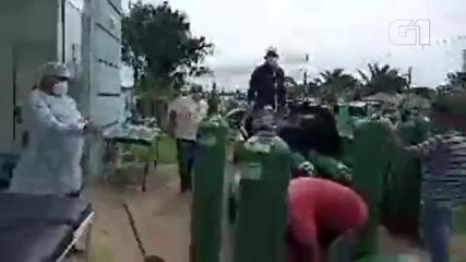Descarregamento de cilindros de oxigênio em Faro, no Pará