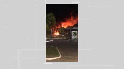 Incêndio destrói área de vegetação em Lauro de Freitas, região metropolitana de Salvador