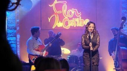 Alberto vê Guiomar cantando no bar Flor do Caribe