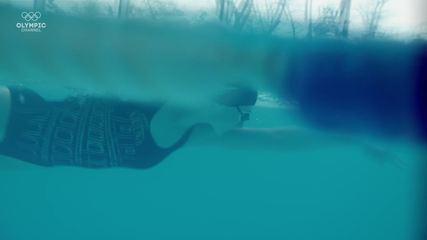 Anastasiya Tyurina treina em piscinas de hotel