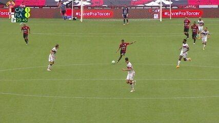 Christian vê Hugo adiantado e tenta por cobertura, mas goleiro se recupera e defende