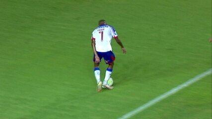 Perdeu! Thiago Andrade recebe grande lançamento, invade a área e, frente a frente com Luan Polli, chuta muito mal, aos 13 do 1º