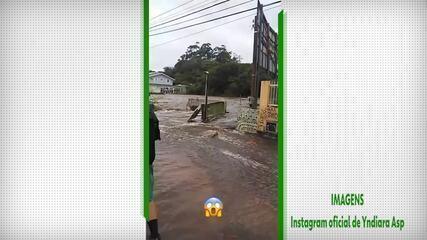 Skatista Yndiara Asp mostra estrago causado pela enchente em Florianópolis