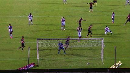 Gol do Vitória! Eduardo levanta na área, bola bate em Robson, engana Igor e entra, aos 14 do 2º