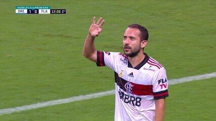 Gol do Flamengo! Arrascaeta serve Gabigol, que cruza e Éverton Ribeiro, quase sem ânguio, marca, aos 11 do 2º tempo