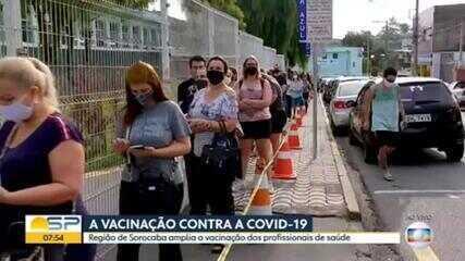 Profissionais de saúde fazem fila para receber a vacina contra a Covid-19, no interior de SP